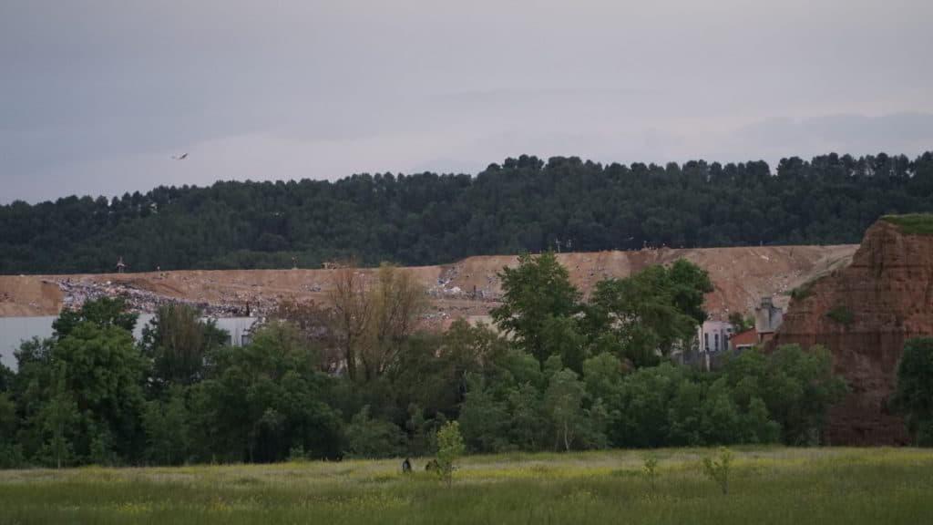 Vista del vertedero desde la Isla de los García, junto a Nueva Alcalá