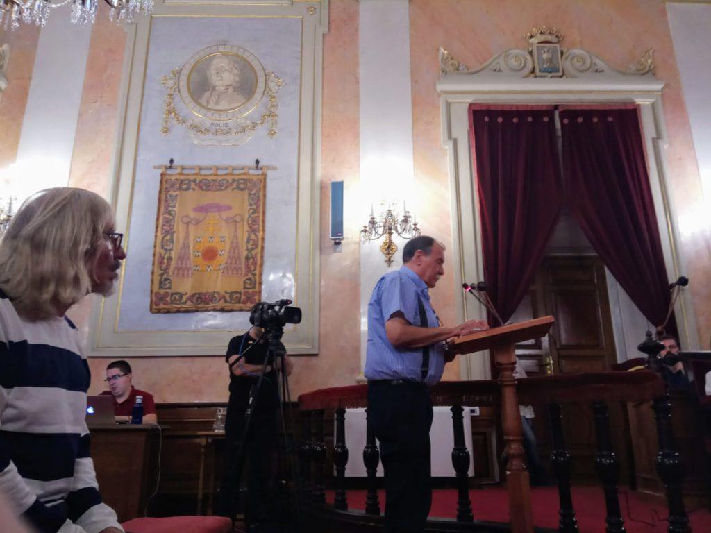 Antonio leyendo en el Pleno Municipal un texto sobre el vertedero de Alcalá